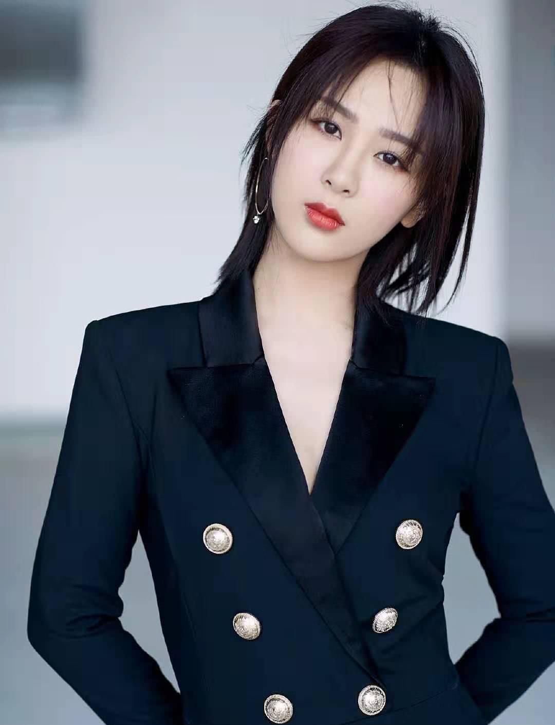 杨紫着连体西装现身,飒爽帅气,大玩霸道总裁风,李现能不投降吗