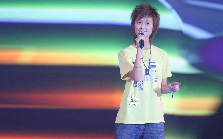 35岁李宇春赶时髦,涂鸦衬衫叠穿T恤清新减龄,大长腿惹人羡慕