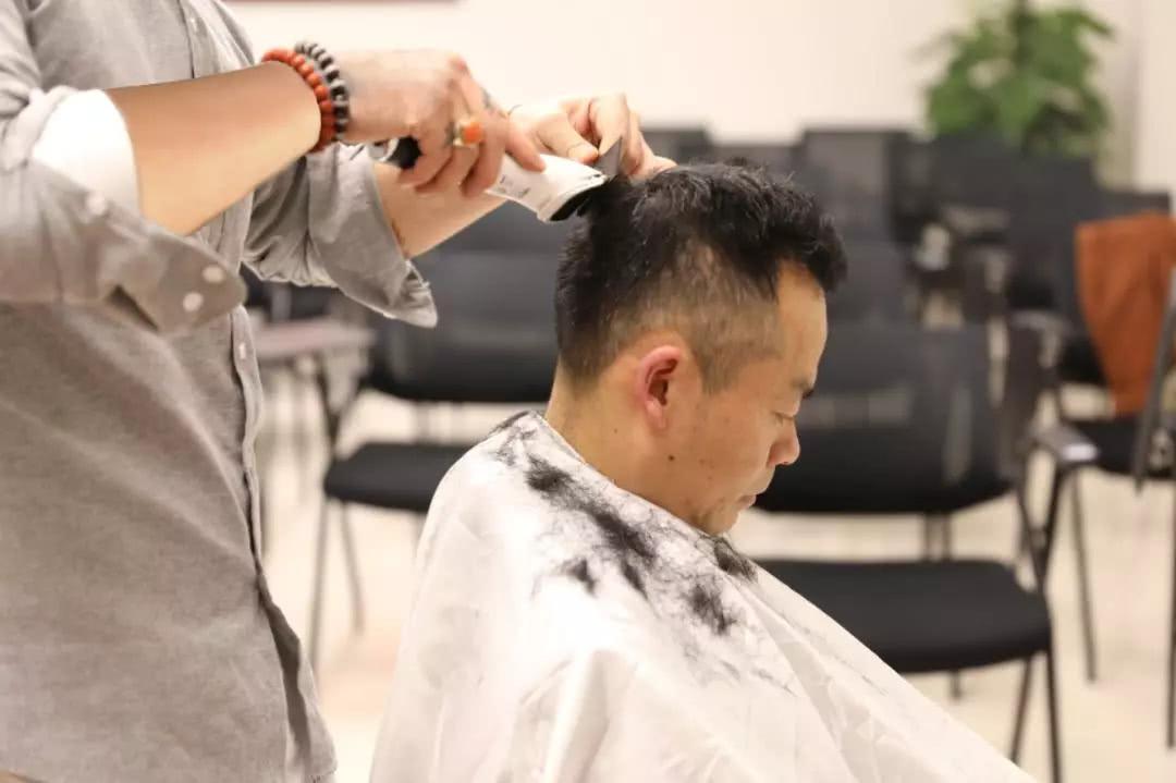感动!理发师为战疫一线民警免费理发