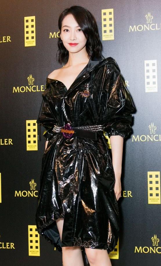 """宋茜这条连衣裙太像""""塑料袋"""",普通人穿不了,但她穿得很高级"""