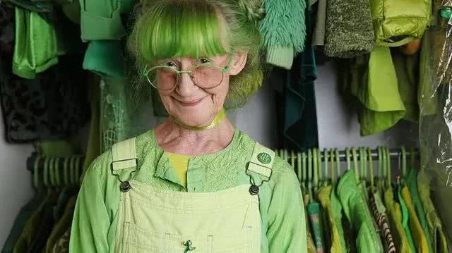 """78岁奶奶钟情""""原谅色""""!生活在绿色的海洋里,绿到你""""发慌"""""""