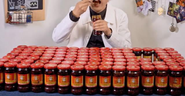 小伙为了吃顿辣子鸡,买一百瓶老干妈,结果挑出这么多肉