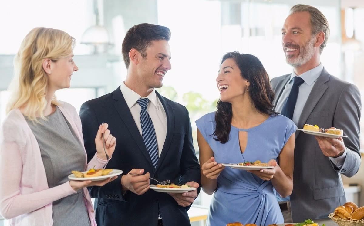 参加领导聚会没有座位,80后机智做法值得学习,老板高看一眼