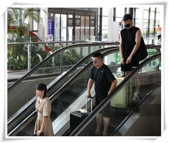有种低调叫刘翔走机场!和娇妻保持2米距离,全程低头走路无交流