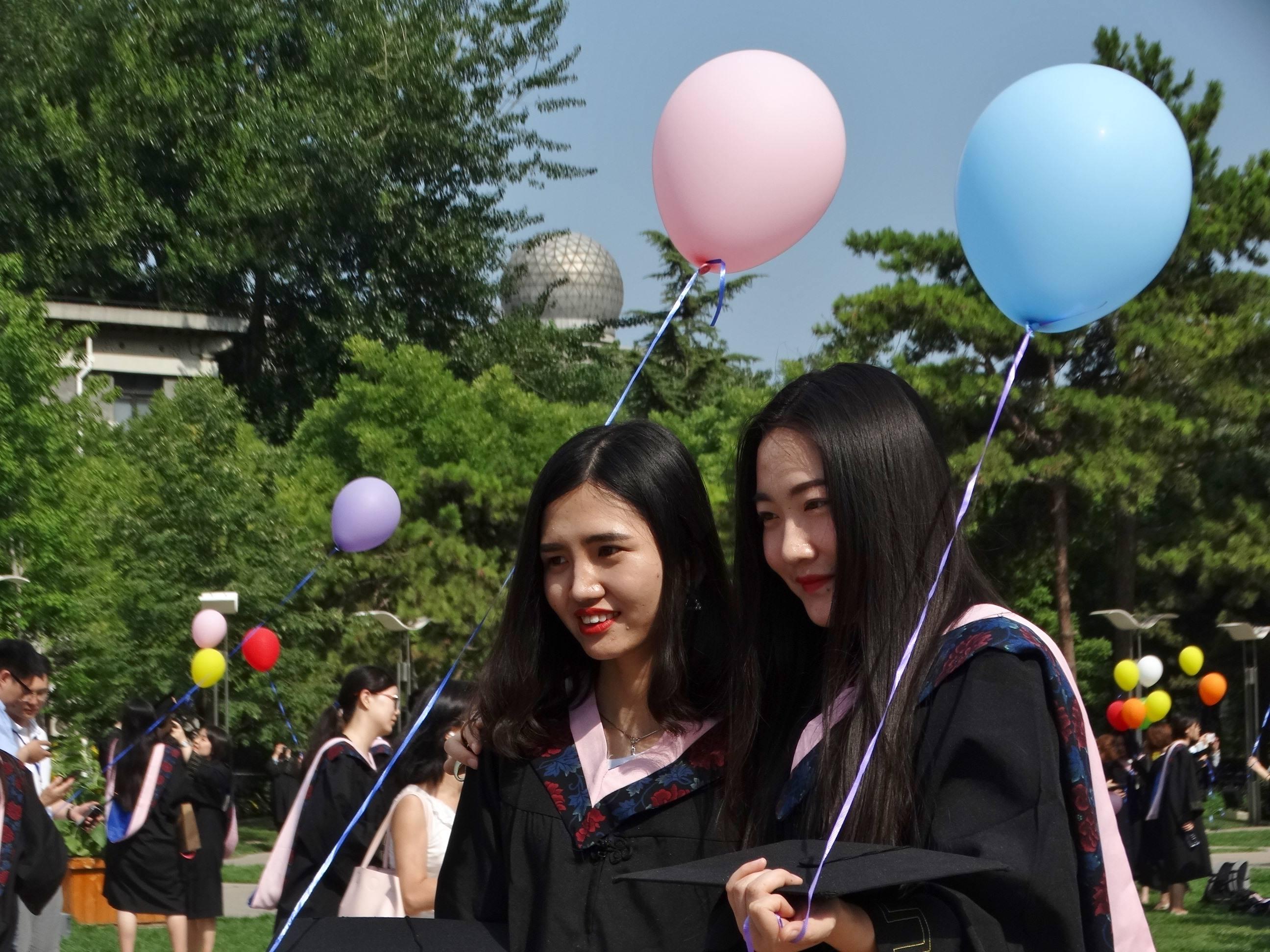 大学生毕业是回本地工作,还是在上大学的地方工作好?看完才明白