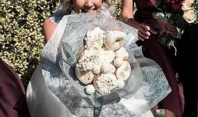 一场甜蜜的婚礼,塞满了9个甜甜圈的神奇花束成为最美的伴娘礼物