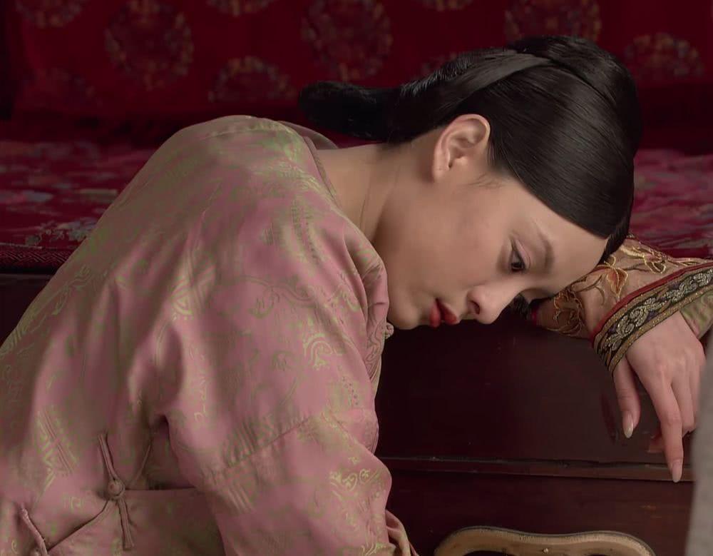 她比甄嬛长得还像纯元,小心谨慎一辈子却被老公背叛