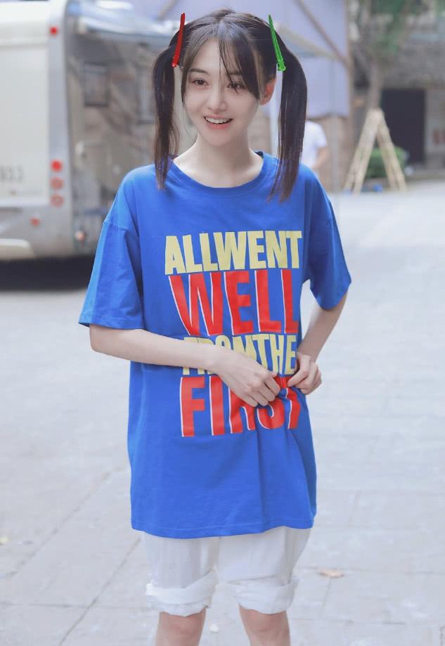 郑爽又放飞自我,只有她驾驭这T恤还造型不崩,裤衩穿得好显瘦!
