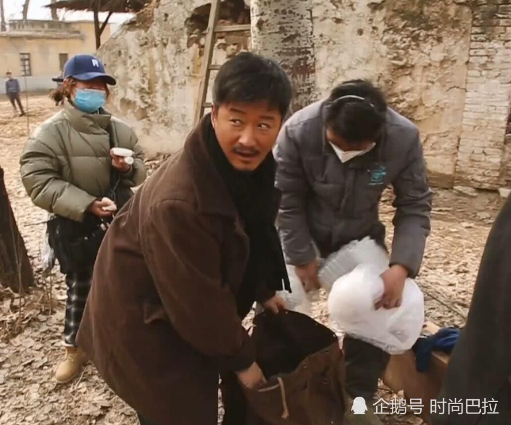 """吴京在张译背包放""""砖头"""",有谁注意吴京最后偷笑表情,太亮眼了"""