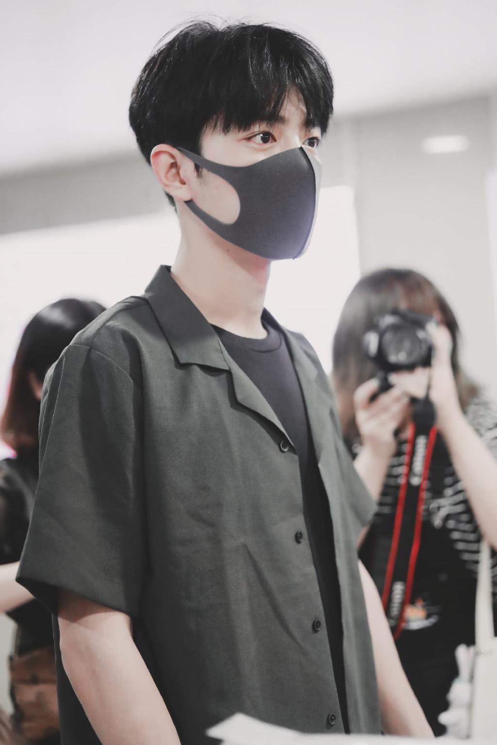 肖战在机场被拍,谁注意他手里拿的啥?网友:准备给谁的?
