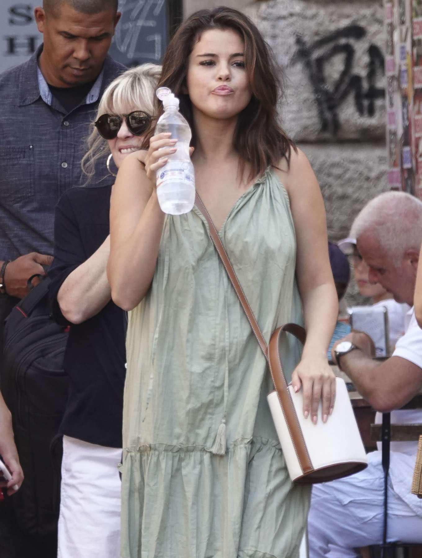 赛琳娜·戈麦斯现身罗马街头,她最近胖了,双下巴有些明显!