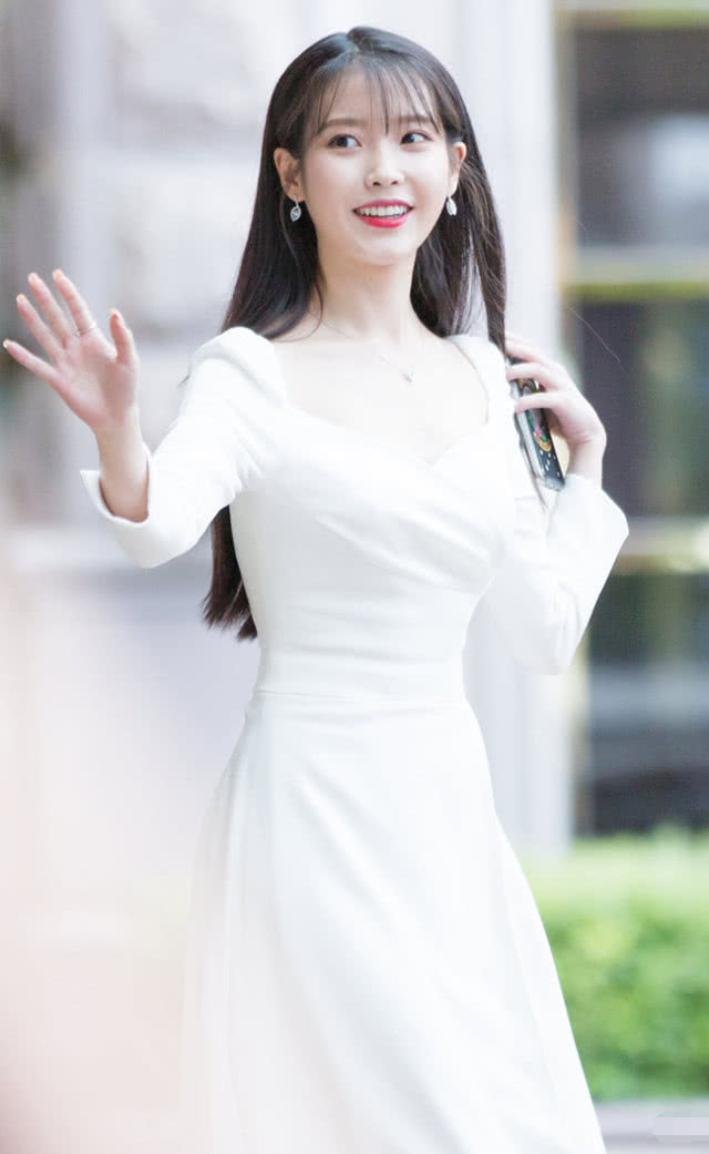 "<b>""张满月""终于换了条普通白裙,却还让人挪不开眼,这该死的魅力</b>"