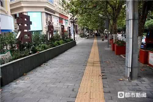 人行道上安装的钢管追踪:已拆除,责任单位向市民道歉