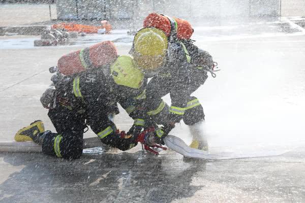 <b>高温酷暑天,商丘消防官兵每天高强度训练8小时</b>