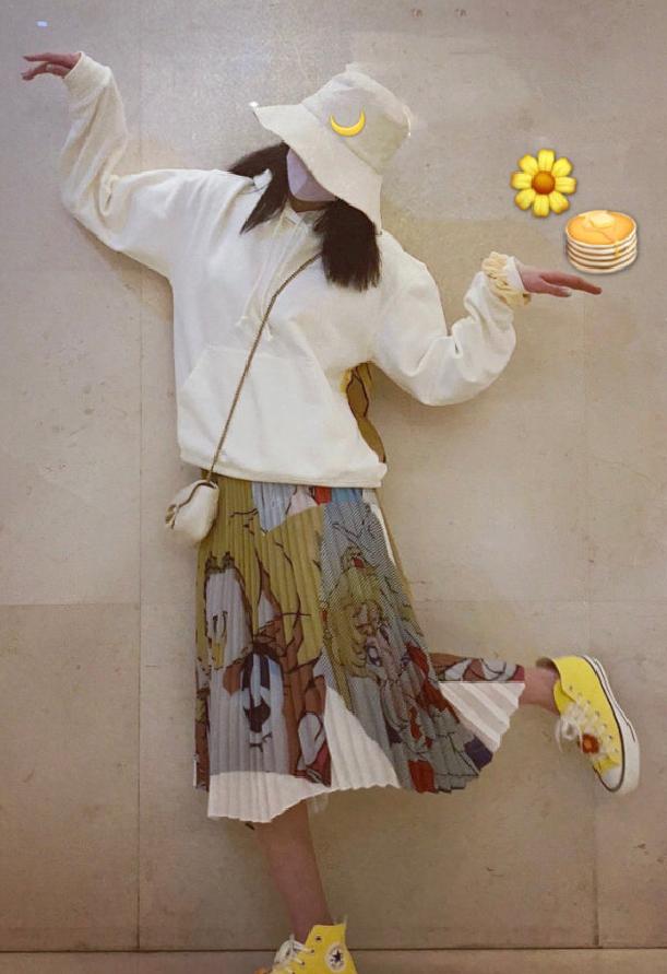 周洁琼的卫衣+褶裙,叫美少女战士套装,但从后面才能看出来!