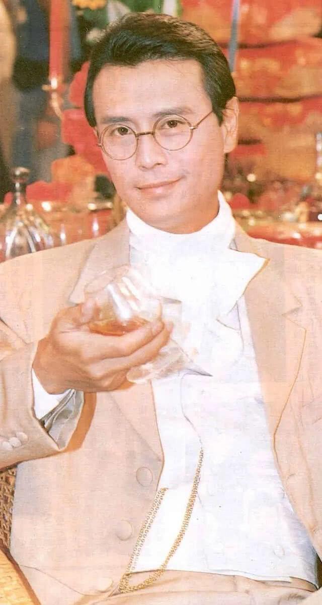他娶3妻生4子,让刘雪华流产不育,今66岁与小16岁女友相恋