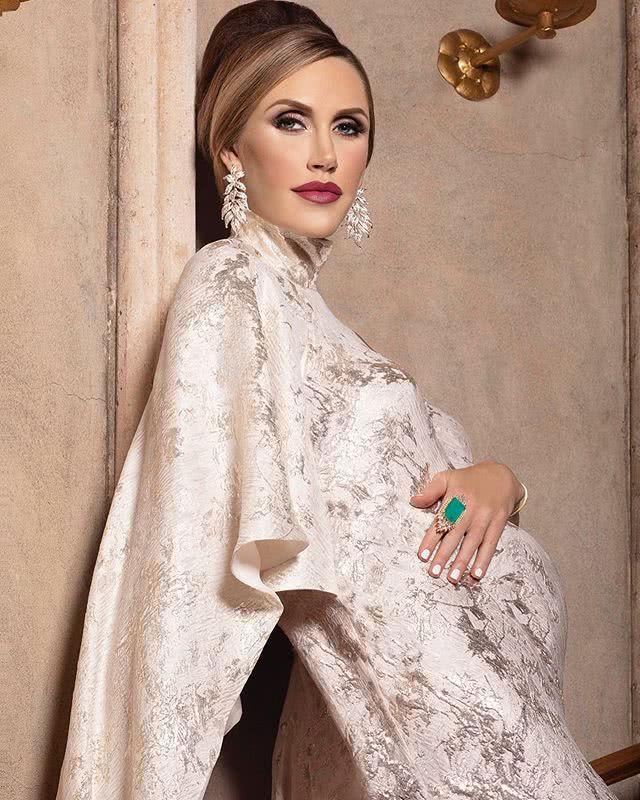 <b>特朗普儿媳挺9个月孕肚不低调!穿刺绣改良旗袍惊艳,尽显东方美</b>