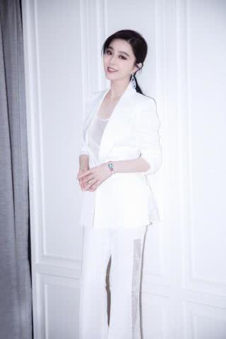 范冰冰变身商务女性,穿高开叉蕾丝西裤,却是过季千元便宜货?