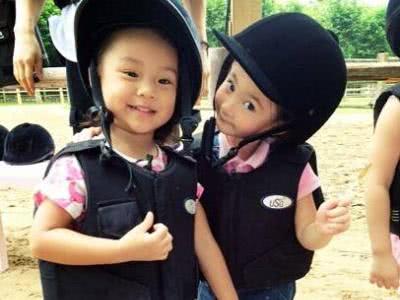 李小璐晒与女儿亲吻视频,甜馨笑容甜美害羞,母女俩长得越来越像
