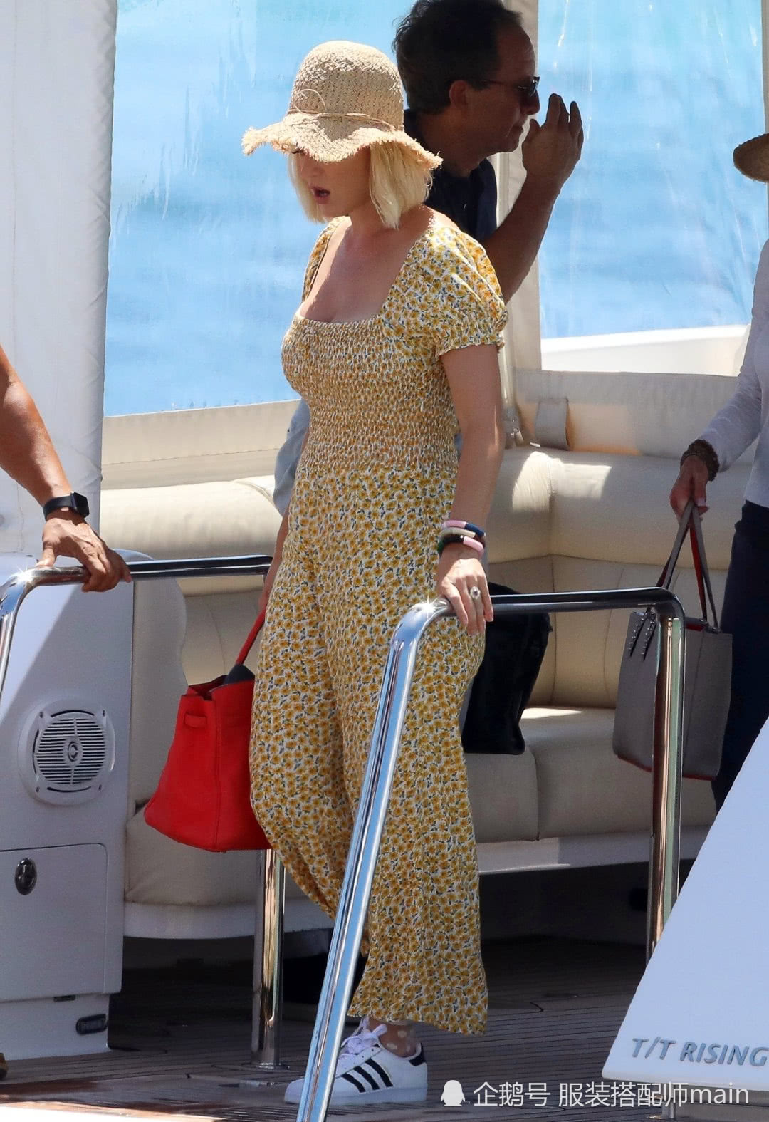水果姐凯蒂碎花连体裤海边度假,戴草帽元气十足,35岁依旧少女