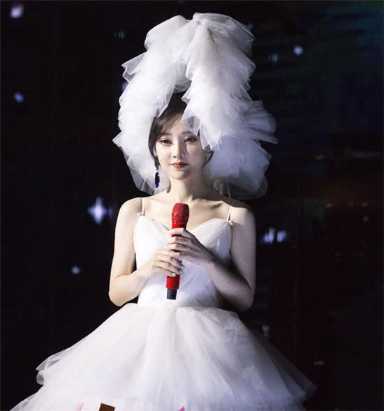冯提莫演唱会落幕,马不停蹄赴韩演出,观众席这位大咖谁注意到了