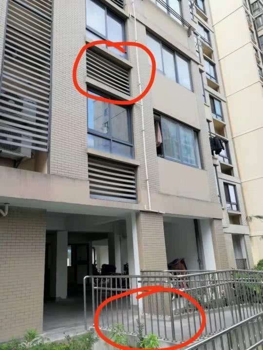惊吓!天降百叶窗老人被砸中头 记者采访时又掉下一扇百叶窗