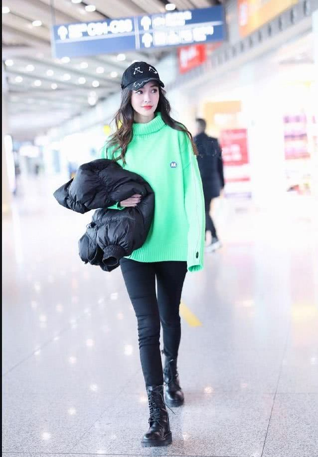 <b>杨颖荧光绿毛衣,别针棒球帽个性减龄,大眼睛宛如真人芭比!</b>