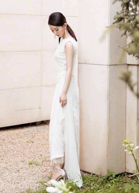 赵丽颖正式复出!身穿白色礼服现身,时隔一年多回归状态佳!