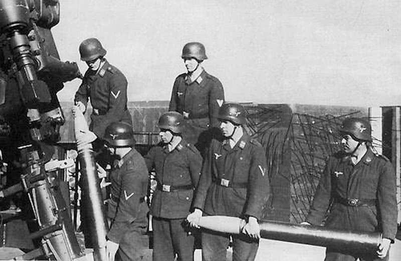 士兵悍不畏死击落战机,满场欢呼间,电报10字却令他们面如死灰