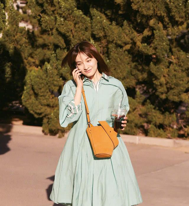 36岁吴昕越来越少女,素颜现机场肤白貌美,对镜头放电太撩人!
