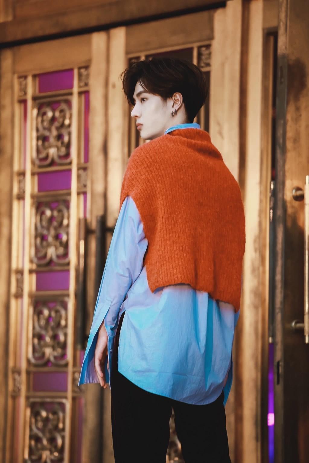"""王一博摆拍照被疯传,穿蓝衬衣气质温暖,看到""""排骨腿""""我心动了"""