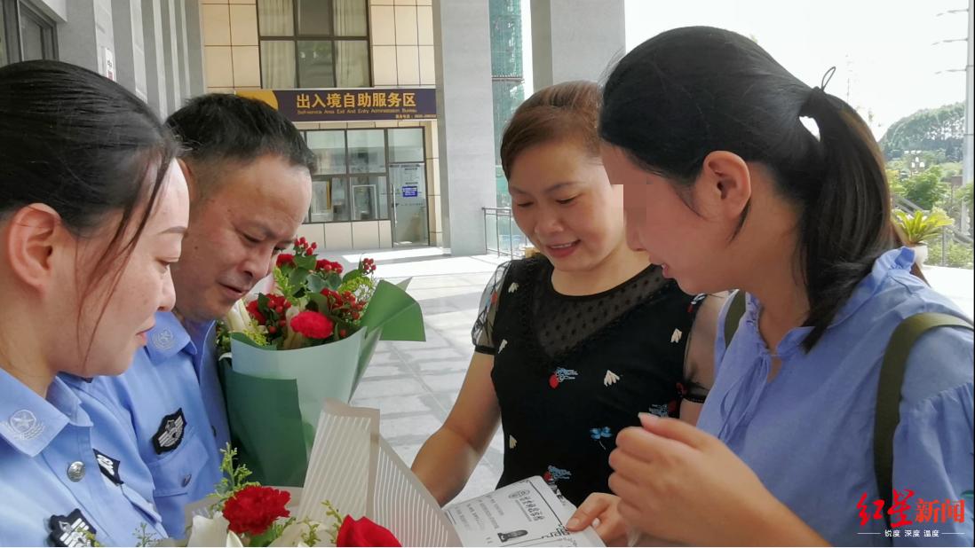 失去双亲的她考上大学 拿着录取通知书和鲜花上了公安局