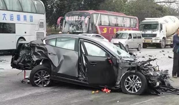 新昂克赛拉遭大货车碰撞,当场报废,车友:这可不是一般的日系车