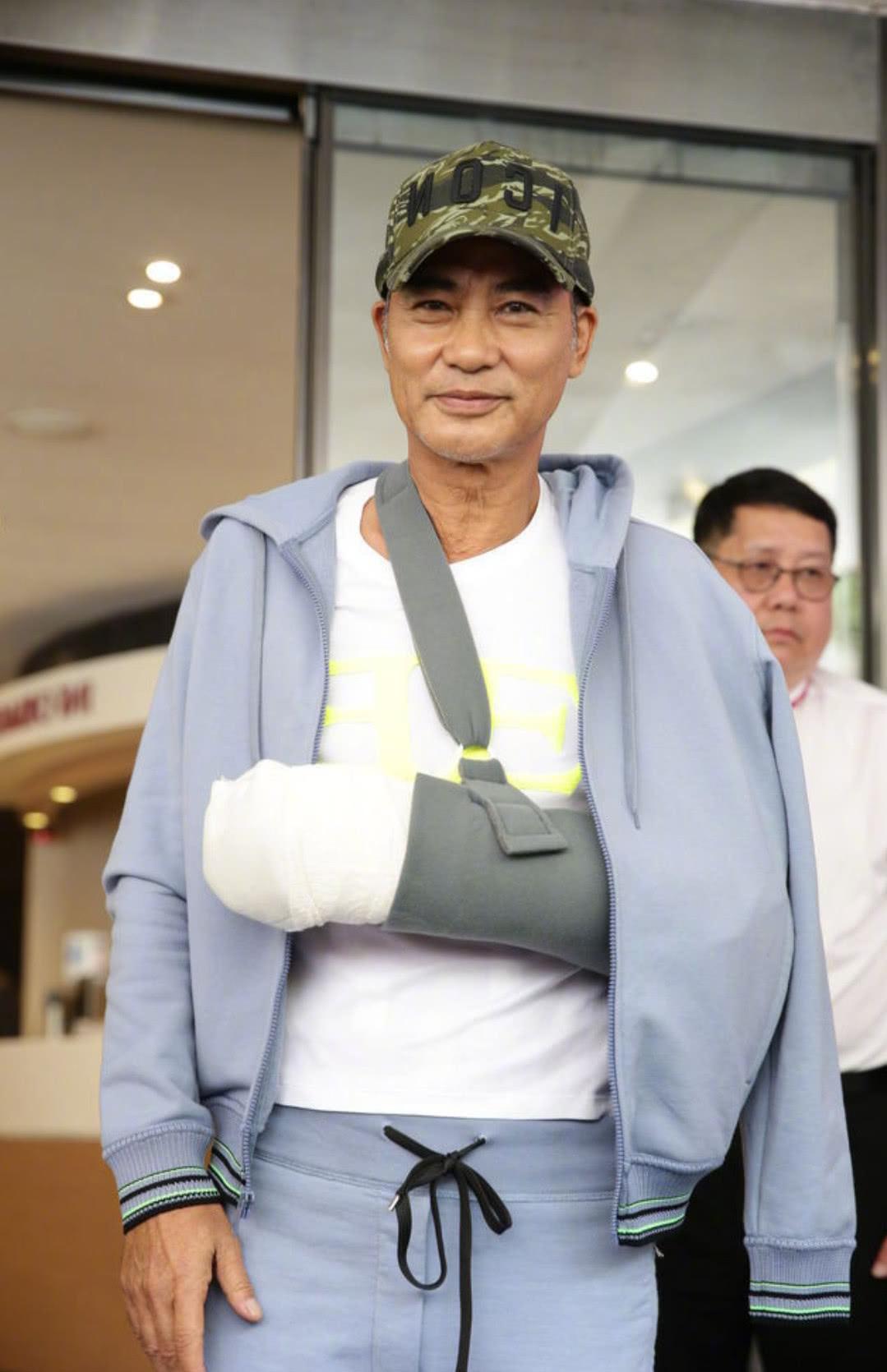 任达华受伤后出院了,有谁注意到他衣服上的图案?怪可爱的!