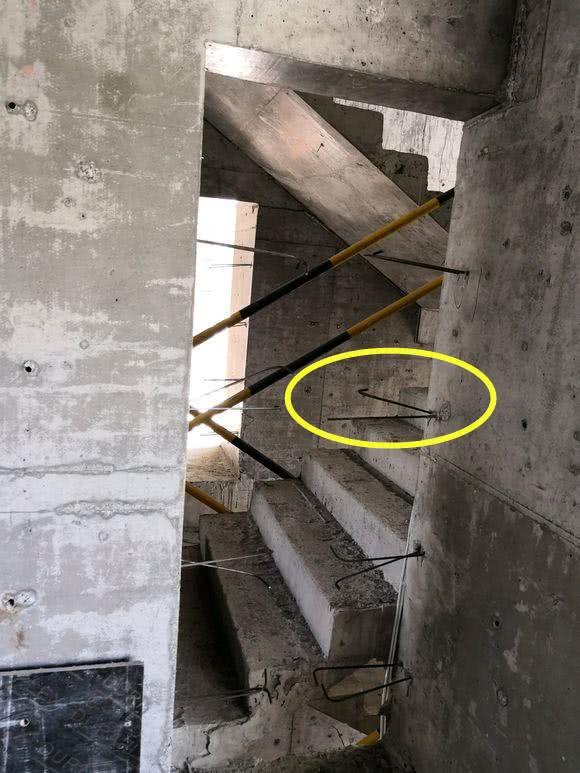 新旧墙中间为啥要横插6.5毫米细钢筋?原来加不加,影响这么大