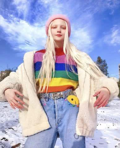 <b>长着一张精灵脸的俄罗斯少女,都拜倒在她的彩虹眼影和神仙发色!</b>