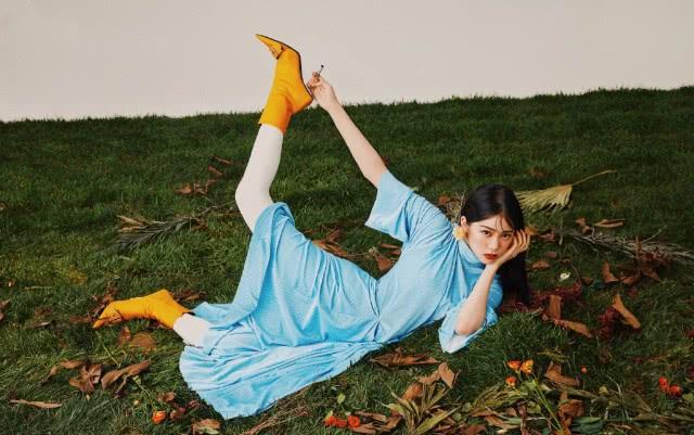 <b>欧阳娜娜挑战熟女风造型,雀斑妆未修自拍照比大片还要美</b>