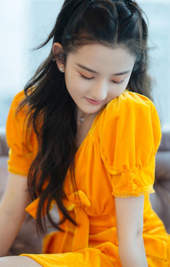 宋祖儿用行动证明,小橘裙显肤白还不挑人,关键是有满满初恋感!