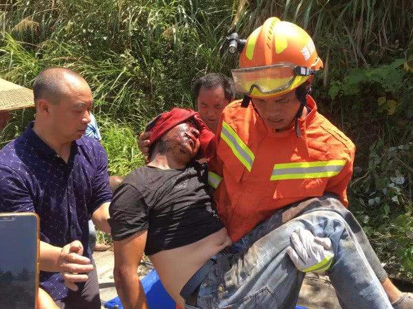 货车会车时不慎坠落20米悬崖,司机小腿卡在驾驶室头部流血受伤严重