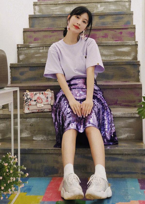 张俪穿搭真有心机,穿的袜子故意比裙子长5cm,效果惊艳了!