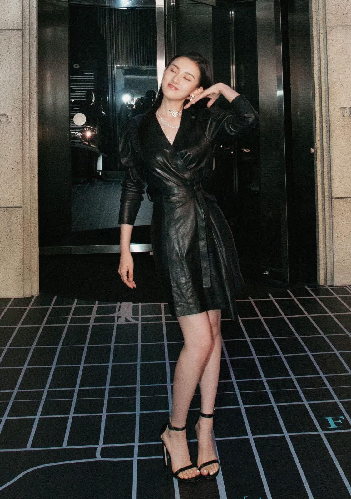 <b>宋祖儿穿皮裙配12厘米的鞋,双腿修长超吸睛,凑近看眼妆更出彩</b>
