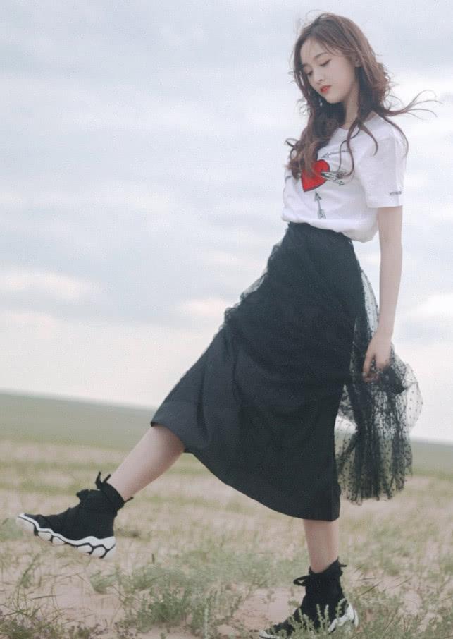吴宣仪真有才,将鞋带在脚踝上打个蝴蝶结,意外时髦显腿长!