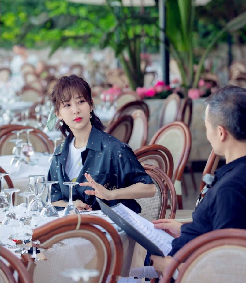 "杨紫在《中餐厅》造型开了挂,""丝带编发""清新甜美,少女感满屏"