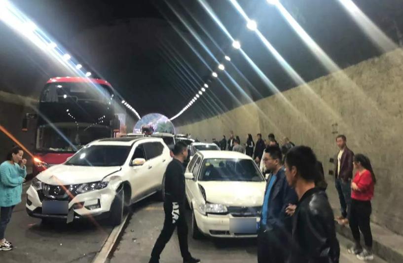 跑高速进隧道不能超车,但前面车故意一走一停咋办?记住这狠招