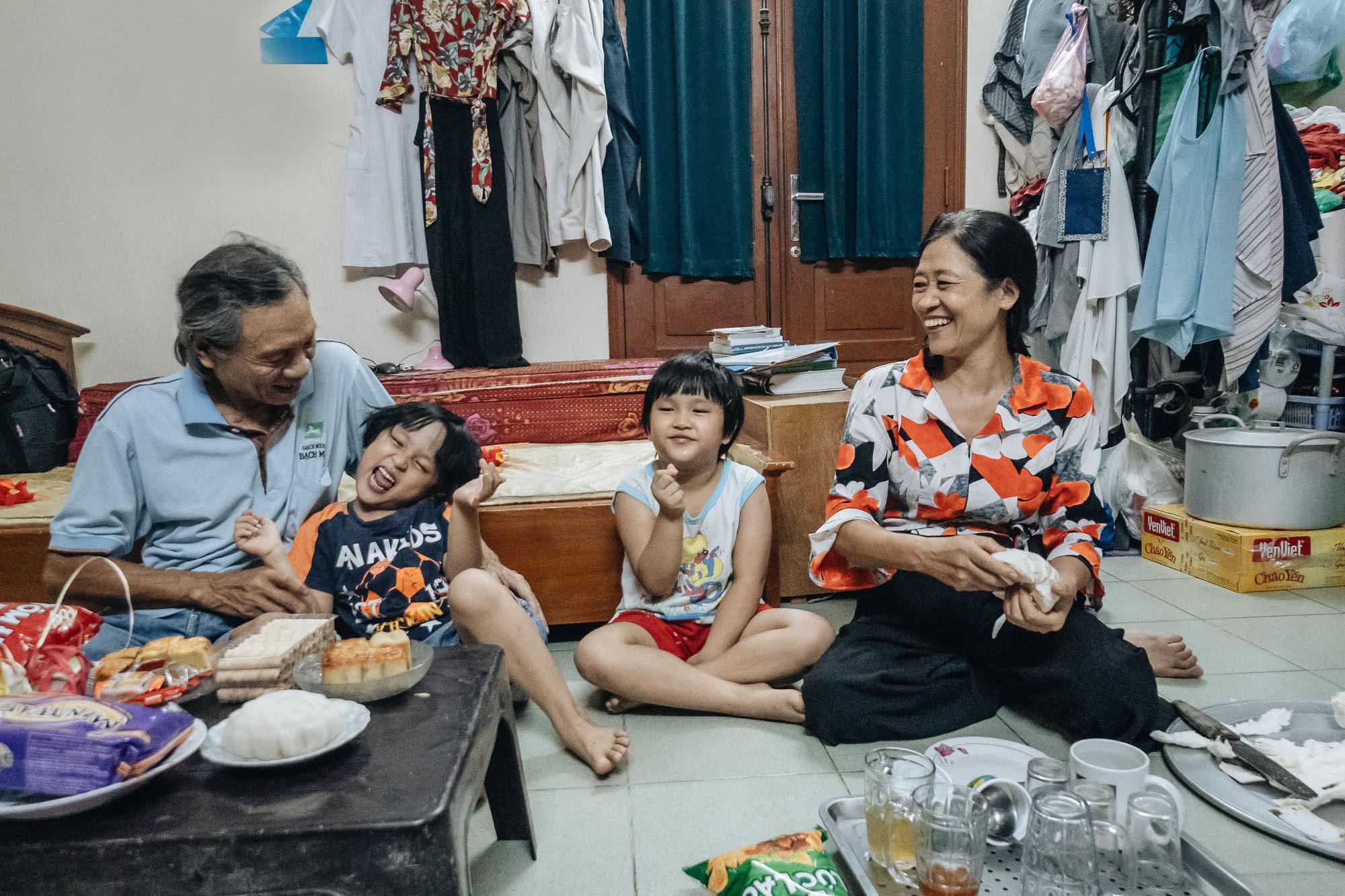 女子53岁时生下双胞胎,如今为养孩子她和近7旬丈夫要不停赚钱