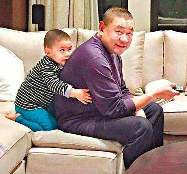 甘比儿子人缘好,刘仲学出门自己背包,太调皮冲出镜头被朋友拽回