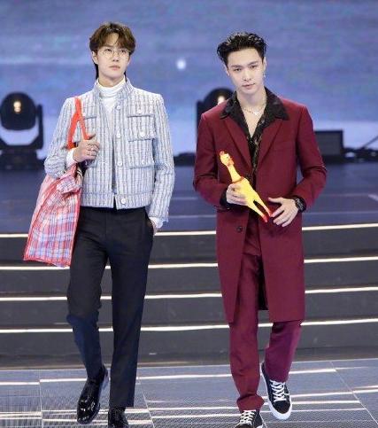 <b>微博之夜颁奖台上,张艺兴拉王一博的手,怕王一博迷路</b>