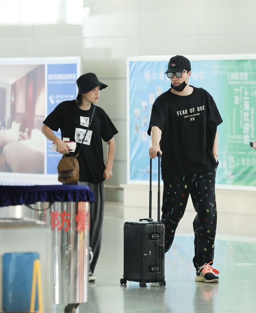 <b>刘翔与第二任老婆罕见合体,两人穿情侣装搂成一团甜蜜出游</b>