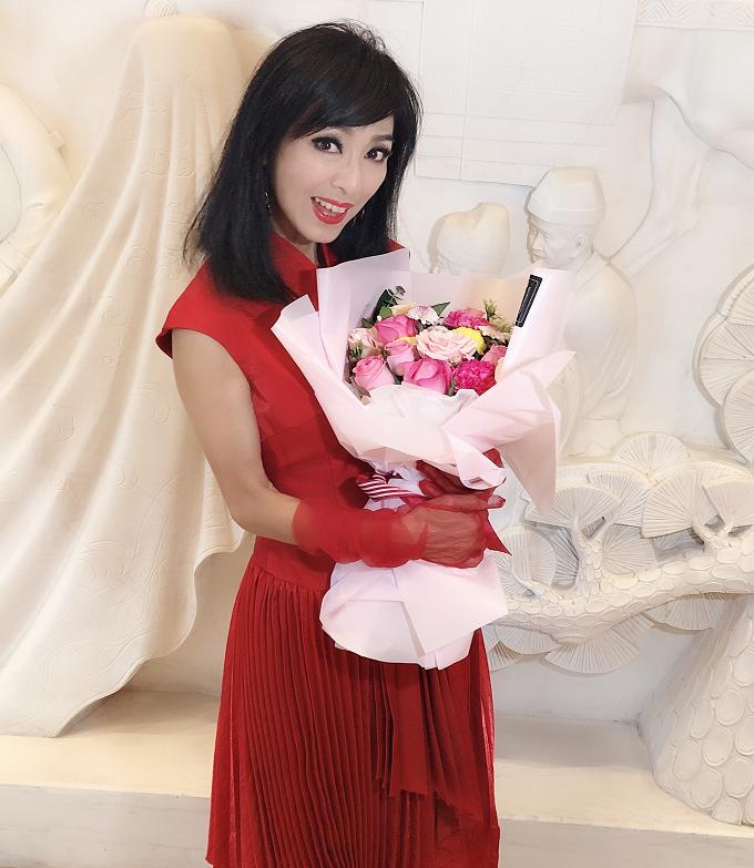64岁米雪一袭红裙惊艳亮相,手捧鲜花人比花娇,笑容甜美太养眼