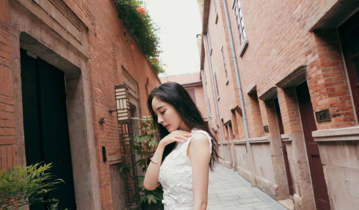 32岁杨幂近照依旧少女,容貌身材不输十年前